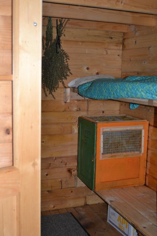 L'intérieur du rucher. Les Slovènes utilisent ces couchettes en contact avec l'atmosphère des ruches dans un but thérapeutique.