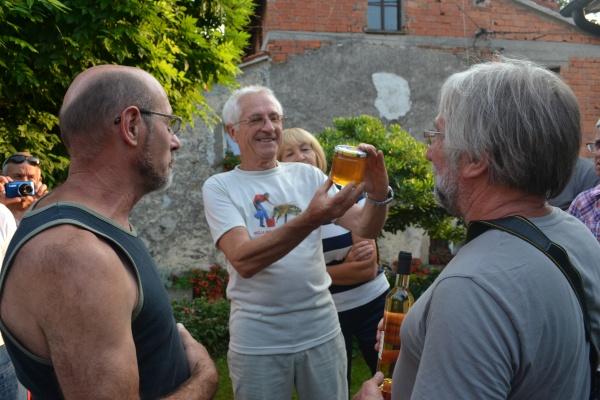 Échange de cadeaux, Mr Šivic admire un pot de miel du rucher école de Servas.