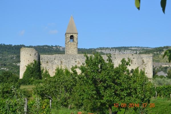 L'église de Hrastovlje, entouré de ses fortifications