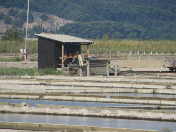 Ces cabanes sont louées pour des soins à base de boues salées.