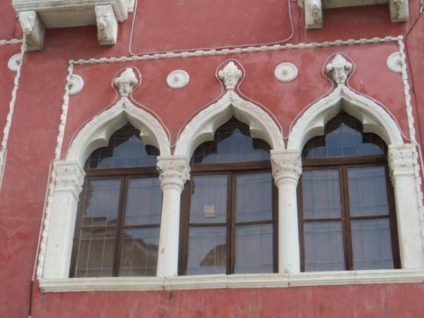 Fenêtres de style oriental.