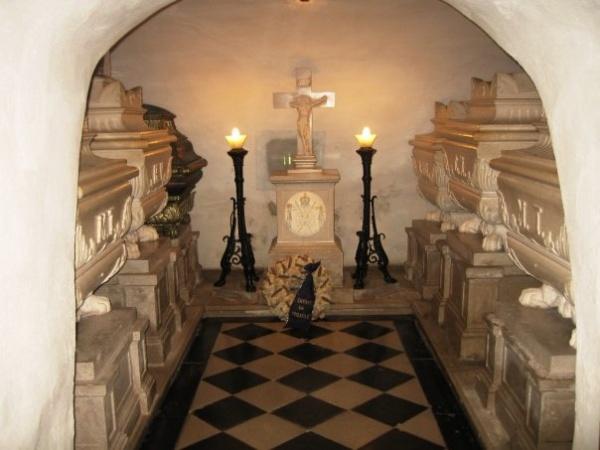 La crypte avec les tombeaux des descendants des rois de France