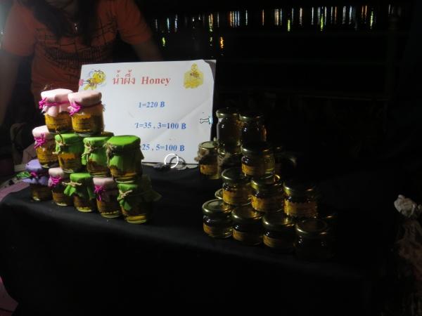 Premiers pots de miel sur un marché