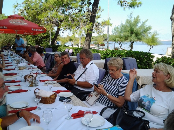 Sur la photo, à partir de la droite, Mme Dejanovic, directrice de l'office du tourisme de Nin, Jana notre guide, puis le chauffeur de notre bus.