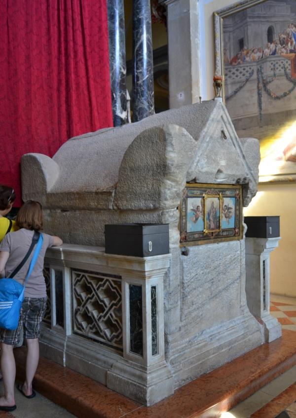 Le tombeau de Sainte Euphémie qui serait arrivé en flottant sur la plage de Rovinj après le naufrage du navire le transportant. (C'est quand même du marbre!)