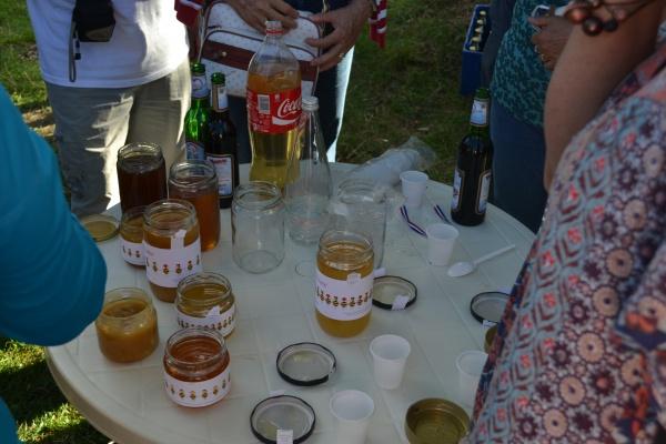 """Dégustation de miel, et de """"coca"""" Croate, éviter de conduire après en avoir bu."""