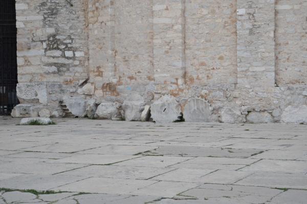 Le curieux soubassement de l'église Saint Donat fait avec des connes romaines brisées