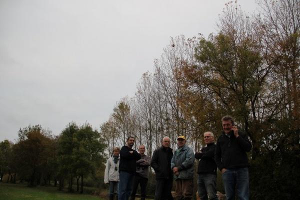 L'équipe des chercheurs avec en arrière plan le nid, à 25m de haut dans un peuplier.