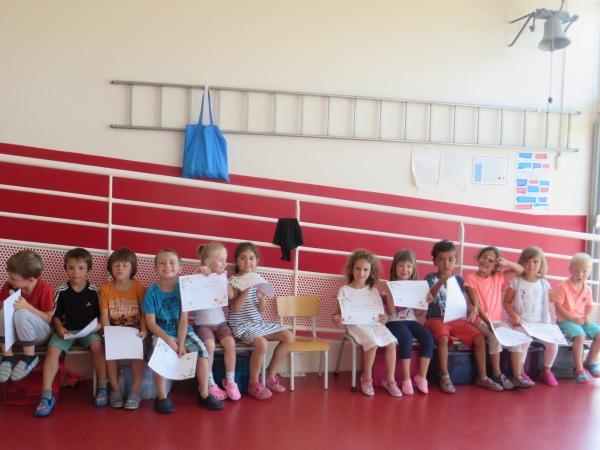 Les petits avec leur diplôme