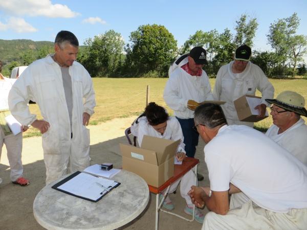 Les vétérinaires ont profité de la visite au rucher pour distribuer les traitements anti varroas.